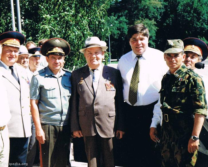 Nyikolaj Fedorovics Tkacsev vezérezredes 1988-ban (balról a második)