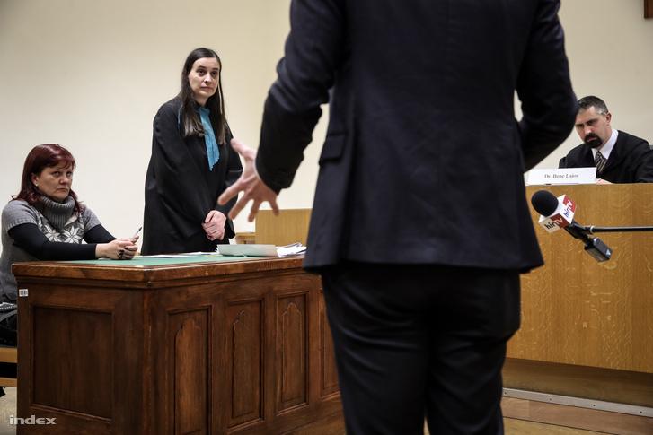 Pruck Pál lánya és a család ügyvédje a Fővárosi Törvényszéken 2017. november 23-án