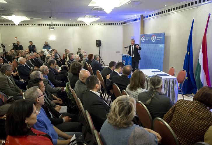 Gyurcsány Ferenc a Demokratikus Koalíció elnöke beszédet mond pártja összevont választókerületi elnöki és országos tanácsi ülésén
