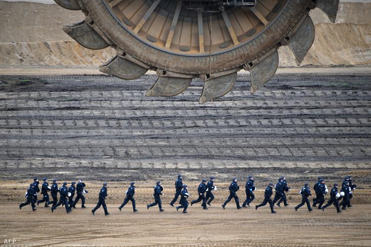 Német rendőrök üldözik a hambachi lignitbánya területére betört környezetvédő tüntetőket 2017. november 5-én