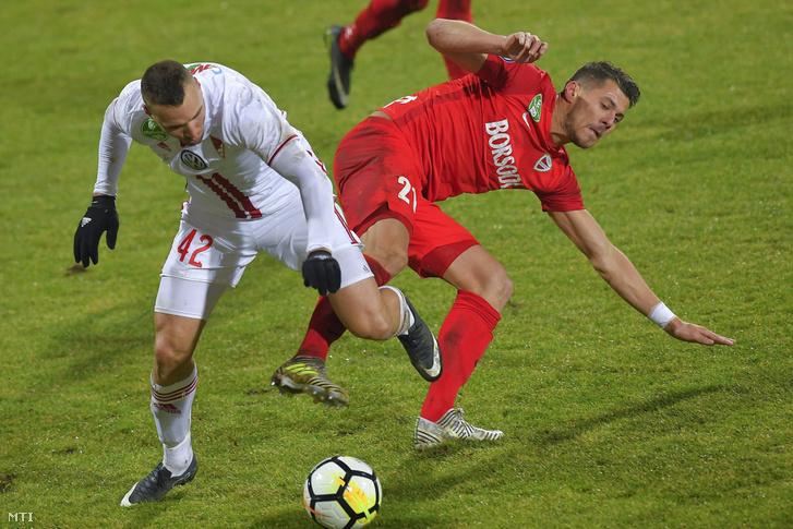 A debreceni Könyves Nobert (balra) és a diósgyõri Kocsis Gergő a labdarúgó OTP Bank Liga 19. fordulójában játszott Diósgyõri VTK - Debreceni VSC mérkőzésen Mezőkövesden 2017. december 9-én.