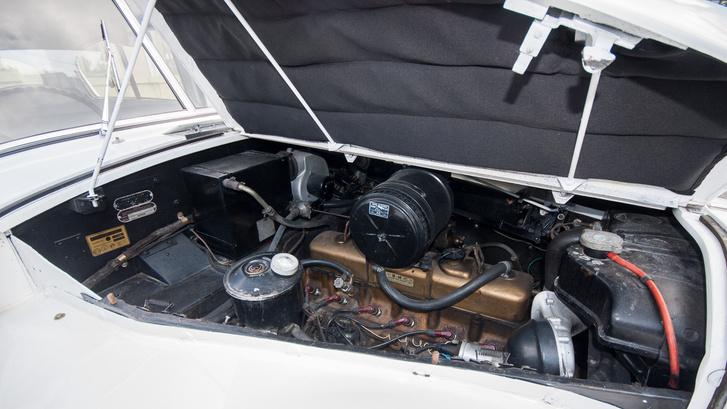 Igazi vintage-módon, oldalról nyílik a motorházfedél