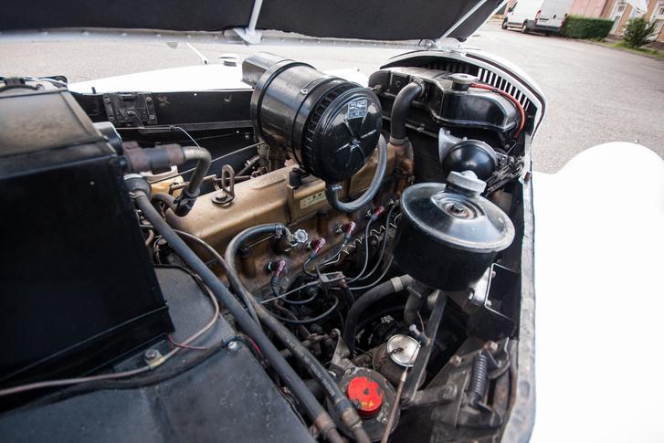 Ez a magas motor volt a lapos Jensen Interceptorban is