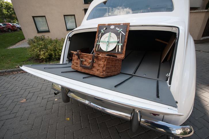 Ez a csomagtartó, elegáns csúszósínekkel, természetesen piknikkészlettel