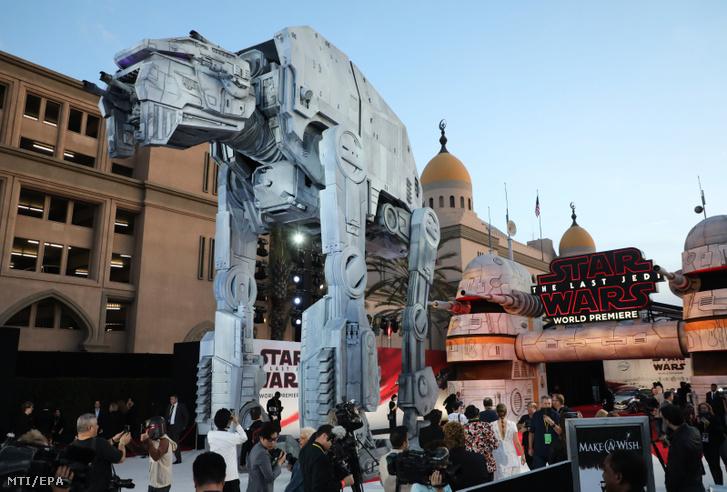A Csillagok háborúja VIII: Az utolsó Jedik című filmben bemutatkozó AT-M6-os birodalmi lépegető a film Los Angeles-i világpremierjén 2017. december 9-én.