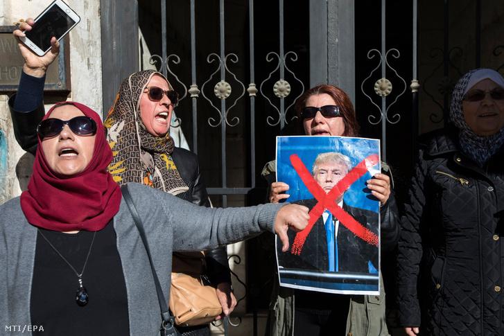Donald Trump amerikai elnököt ábrázoló plakáttal tüntetnek palesztinek egy kelet-jeruzsálemi tiltakozáson