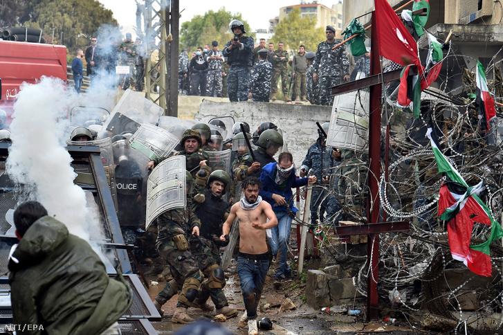 Libanoni tüntetők és rendőrök összecsapása a Bejrúttól keletre fekvő Avkarban