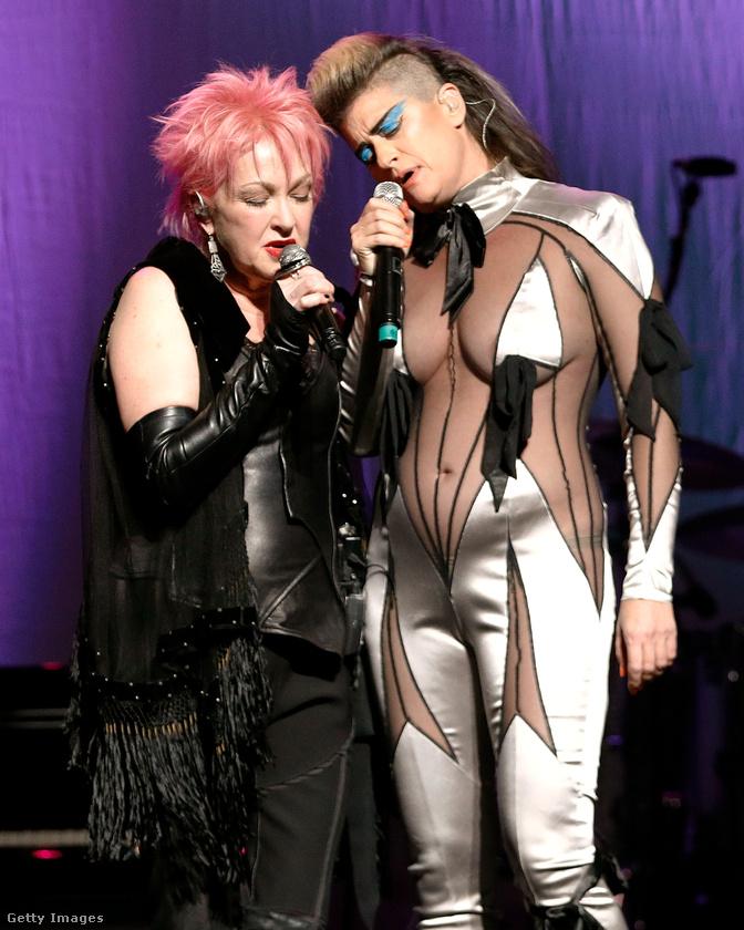 Peaches ebben az elképesztő ruhában a háziasszonnyal, Cyndi Lauperrel is énekelt egyet.