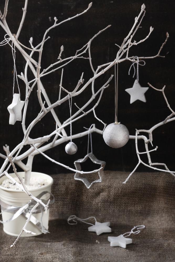 Szerepcsere:                         az ünnepi díszek megalkotásakor engedjük szabadjára a fantáziánkat! Miután az összes kekszet megsütöttük, a karácsonyi kiszúróformáinkból nyugodtan válhatnak függő- vagy épp asztali díszek