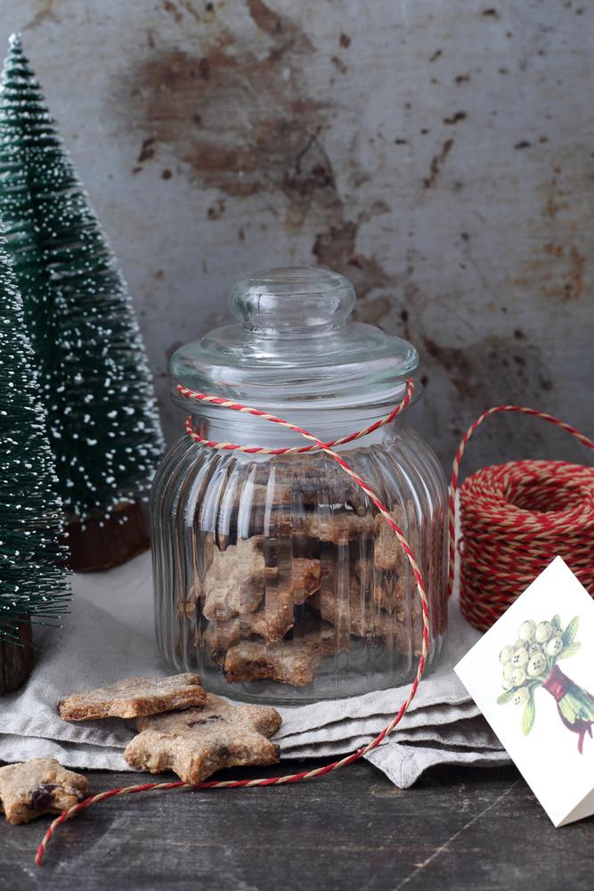Vagy ha semennyire nincs kézügyességünk, tegyük bele a sütit egy szép tárolóedénybe, így két ajándékot adunk egyszerre.