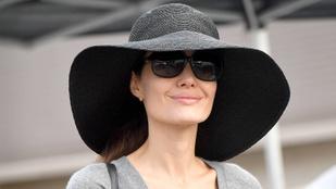 Angelina Jolie perecezik a karácsonyi vásárban
