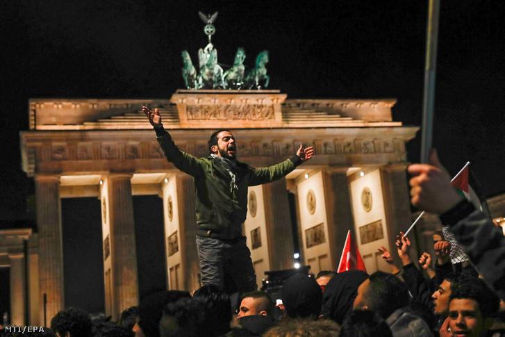 Tüntetők a Brandenburgi kapunál