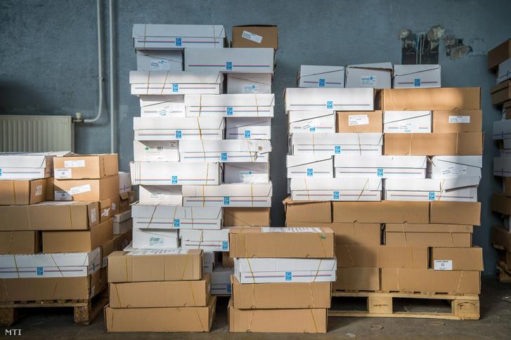 Visszaküldött nemzeti konzultációs kérdõíveket tartalmazó dobozok a Nemzeti Infokommunikációs Szolgáltató Zrt. XIV. kerületi telephelyén 2017. december 2-án.