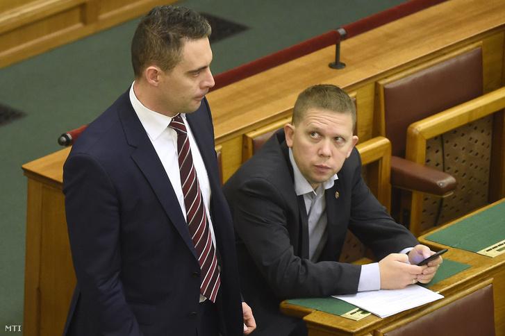 Vona Gábor a Jobbik elnöke (b) és Kész Zoltán független képviselõ az alaptörvény hetedik módosításának végszavazása előtt az Országgyűlés plenáris ülésén 2016. november 8-án.