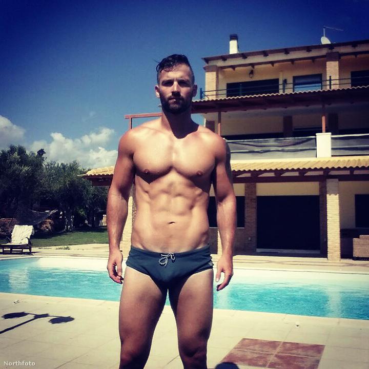 Egy medencés fotó.