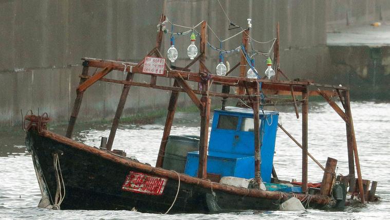 Holttestekkel teli rozoga csónakok vetődnek partra Japánban
