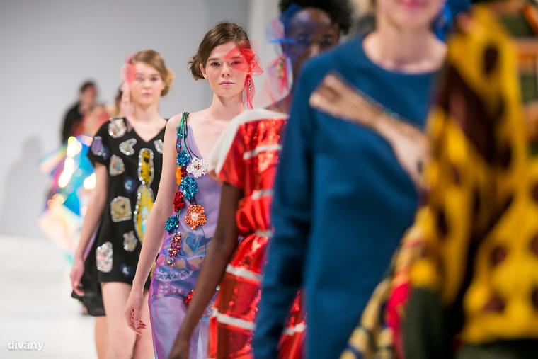 A Mercedes-Benz Fashion Week Central Europe rendezvényén az Iparművészeti Múzeumban mutatta be 2018-as tavaszi-nyári kollekcióit a magyar tervezők egy része