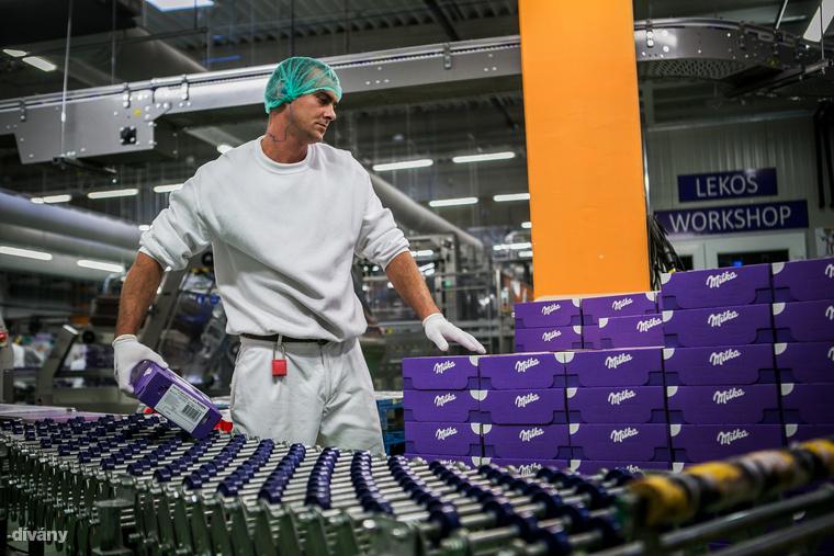 A székesfehérvári Győri Keksz gyárban is vendégeskedtünk idén, ahol egyetlen műszak alatt 5-7 tonnányi készül a Milka új csokoládéjából, hogy egész Európának jusson belőle