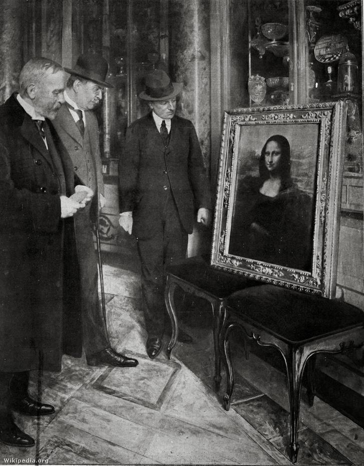 A Mona Lisa az Uffizi Képtárban, Firenzében. Jobbra a múzeum igazgatója, Giovanni Poggi vizsgálja a képet.