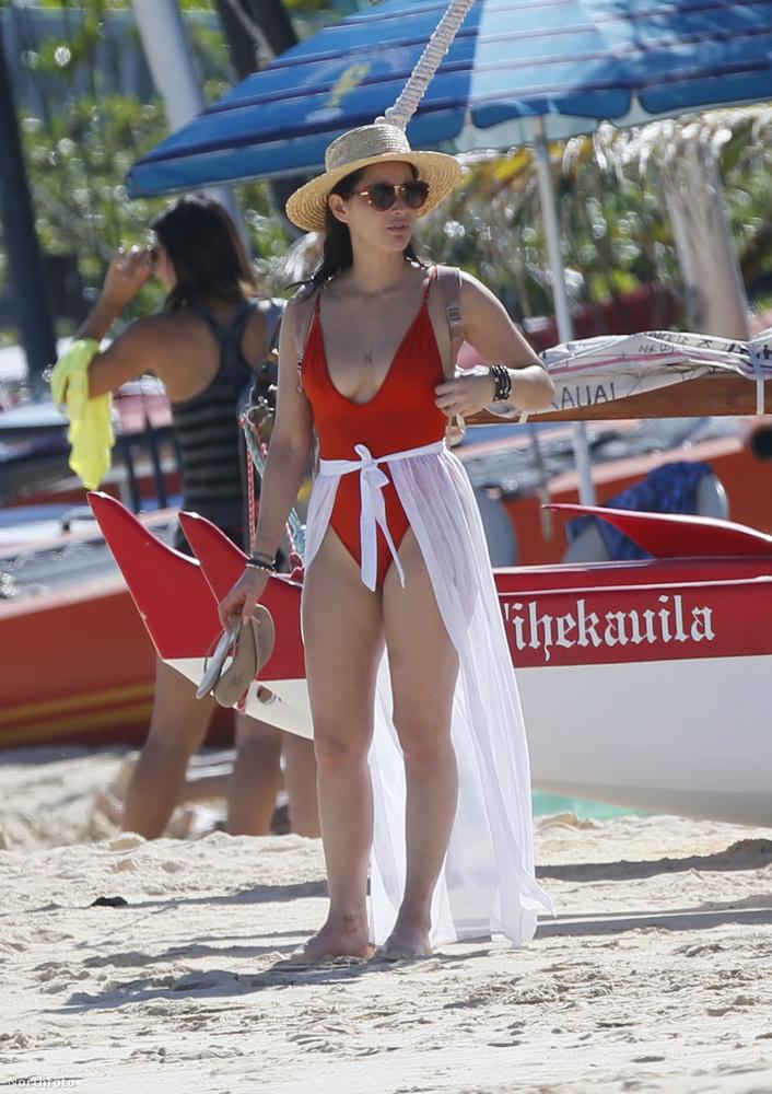...hanem azért is, mert Munn eközben egy teljesen hétköznapi nő a parton.