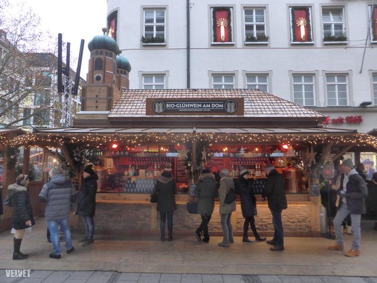 Nagyon régóta tart a bioételek mániája, hát miért ne lenne bio forraltbor egy karácsonyi vásárban? Van is, Münchenben például egy olyan házikóban, ami a város fő látványossága, a Frauenkirche alakját formázza kicsiben.