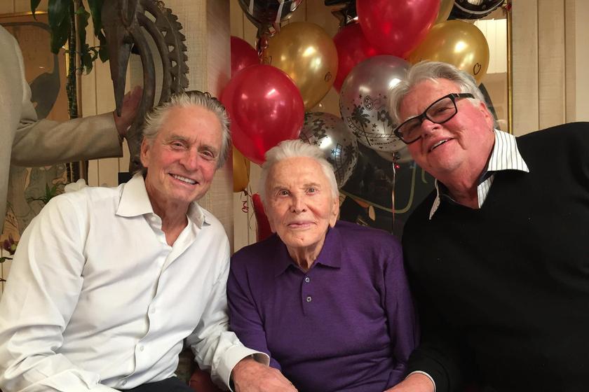 Így köszöntötte fel a 101 éves Kirk Douglas-t két fia, Michael és Joel.