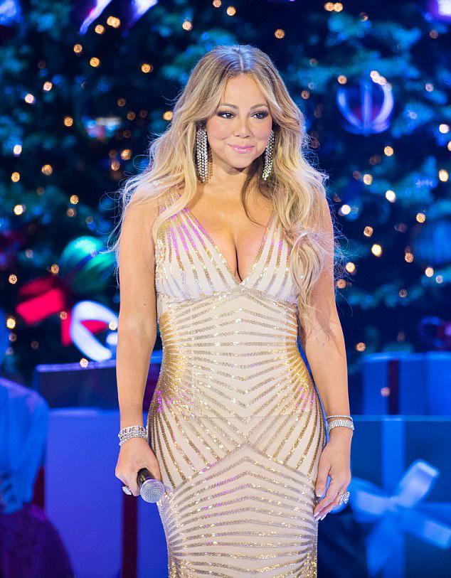 Mariah Carey gyönyörűen nézett ki ezüstös estélyijében.