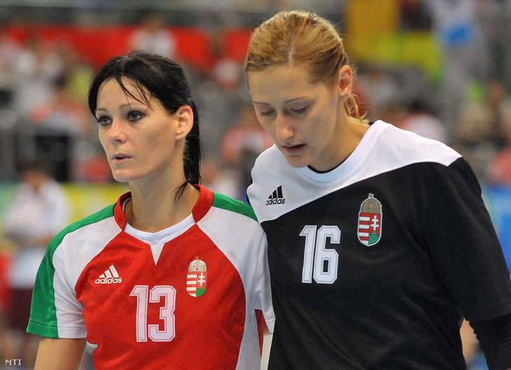 Görbicz Anita és Pálinger Katalin miután Magyarország nõi kézilabda-válogatottja 33-28-ra kikapott a Koreai Köztársaság csapatától a bronzéremért vívott mérkõzésen a XXIX. nyári olimpián
