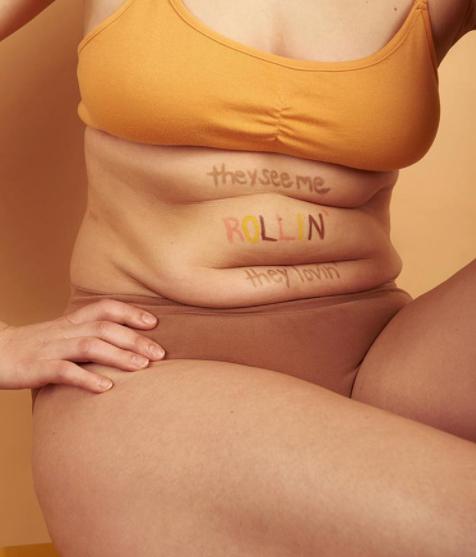 A modell egy dalszöveget írt a hasán lévő hurkákra, és lefotózta őket, hogy megmutassa: valójában ilyen egy női test ülve.