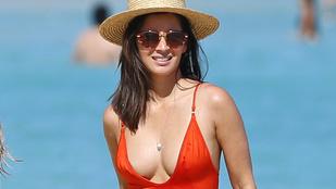 Olivia Munn piros fürdőruhában nagyon dögös átlagos nő a strandon