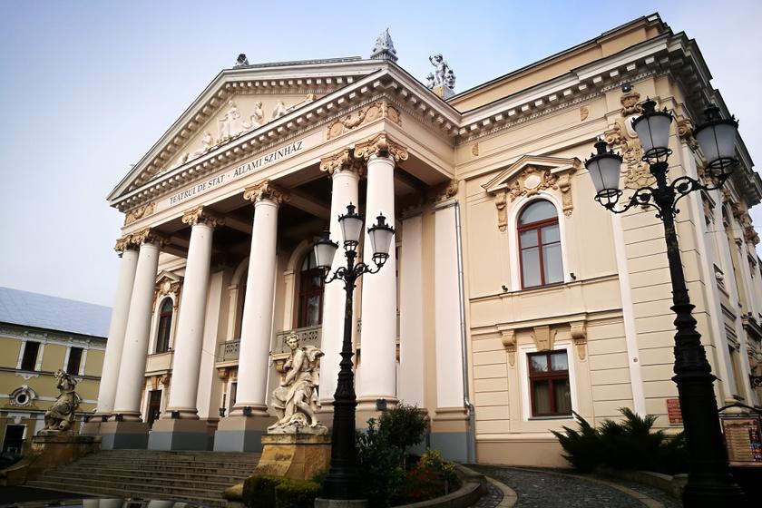 Büszkén áll a Nagyváradi Állami Színház.