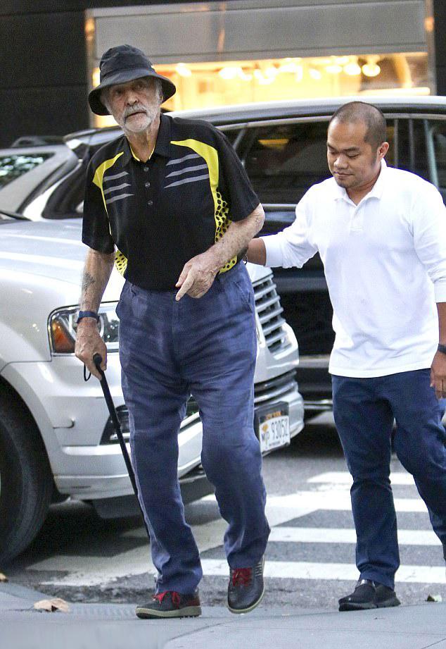 Sean Connery minden lépését egy ápoló figyeli, aki segít is neki a járásban, ha szüksége van rá.