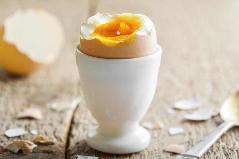 Két keményre vagy lágyra főtt tojás és egy vékony szelet teljes kiőrlésű kenyér rostokkal, lassú felszívódású szénhidrátokkal és energiát adó fehérjékkel lát el, de vitaminokban gazdag paprikát is ehetsz hozzá.