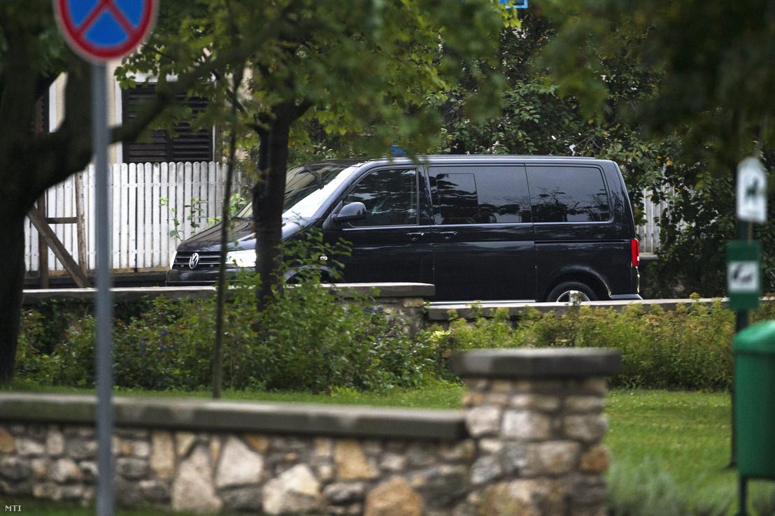 Orbán Viktor miniszterelnök kisbusszal megérkezik a Fidesz-KDNP országgyűlési képviselőcsoportjának évadnyitó frakcióülése egy tapolcai szállodába 2014. szeptember 10-én.