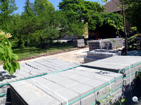 Térkő- és betonrács-halmok.