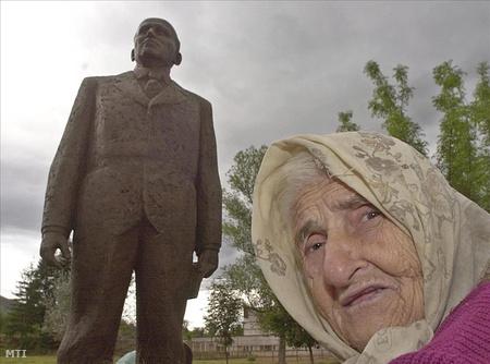 Zsivkov Szülőfalujában, Pravecben szobrot is állítottak