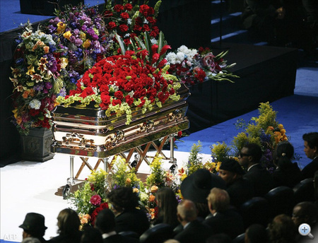 Amerikában öt nagy adó, az NBC, az ABC, a CNN, az MSNBC és az E! is élőben Michael Jackson búcsúztatását