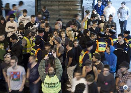 Sokan egy ideig a szórakozóhelyen rekedtek, de éjfél után még több fiatalt kitereltek, és a legtöbben kabát nélkül ácsorognak az utcán