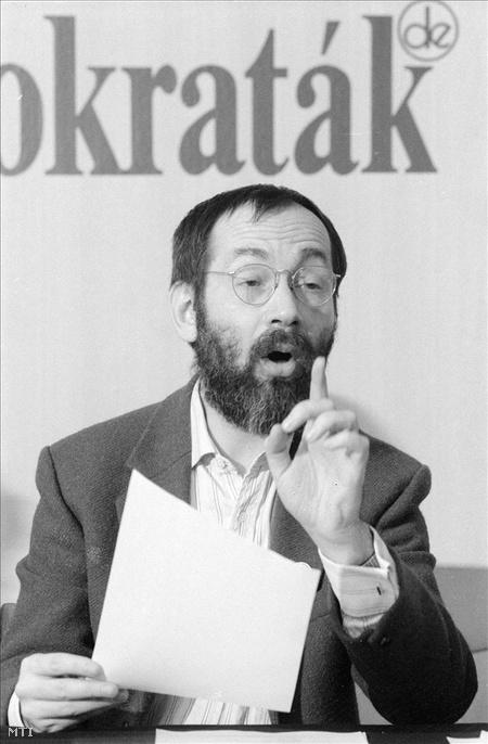 Budapest, 1992. január 25. Tamás Gáspár Miklós beszél az SZDSZ január 25-i Országos Tanácsának ülése utáni sajtótájékoztatón, miután megválasztották az SZDSZ Országos Tanácsának elnökévé (Fotó: Cseke Csilla)