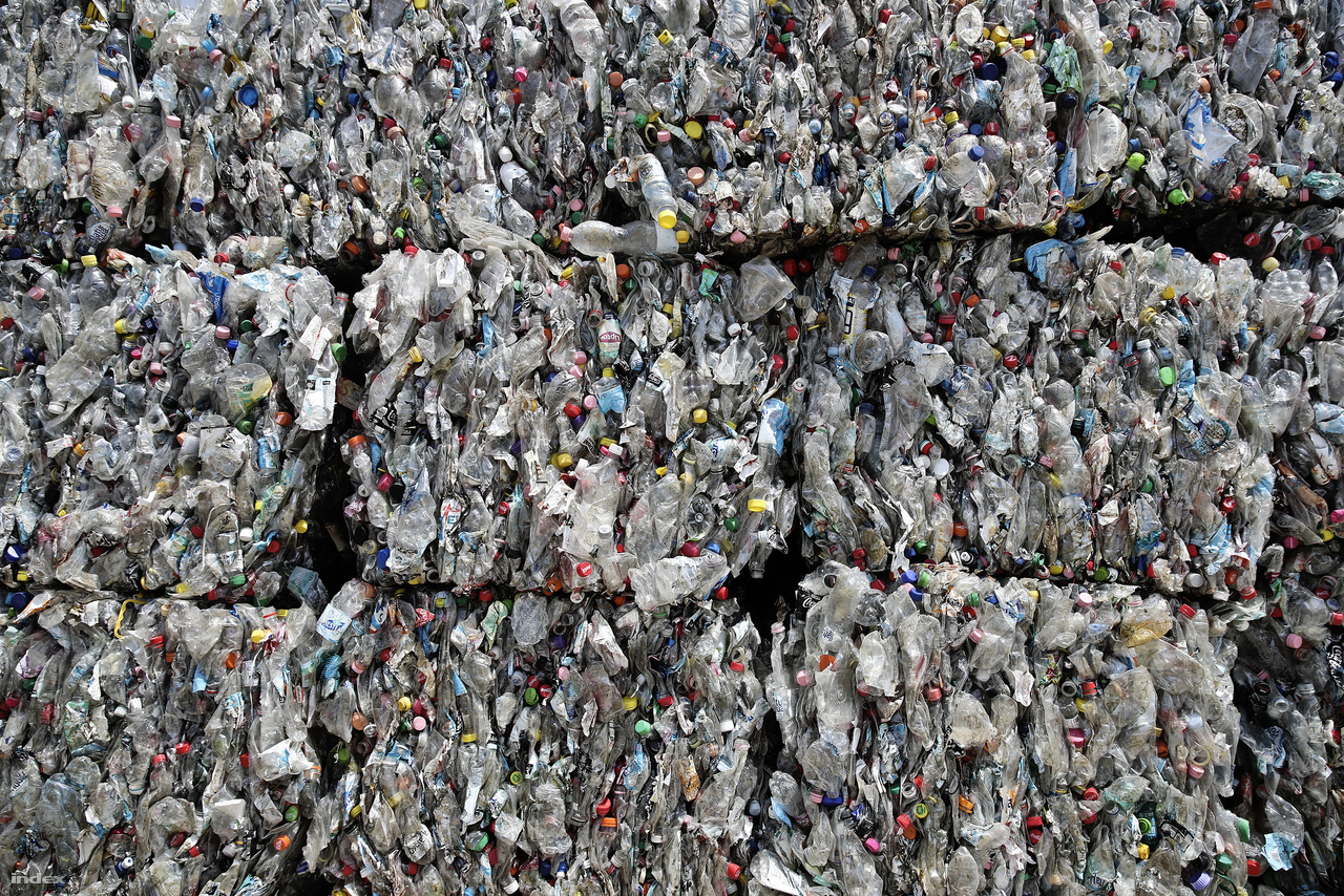 A válogatás végére már pontosabb számokat kapunk az arányokról.                         A az utcai szelektív kukákból begyűjtött hulladék 35 százaléka PET-palack, 20 százaléka egyéb hasznosítható műanyag és fém (HDPE flakon, etilén fólia, aludoboz és konzervdoboz).  45 százalékot tesz ki a szemét szemete, vagyis az anyagában nem hasznosítható műanyag és egyéb hulladék. Ez utóbbiak mennek az égetőműbe vagy a kommunális hulladéklerakóba.                         Megérkezik a palackunkat is tartalmazó báláért a teherautó, ami Karcagnak veszi az irányt. Szorosan követjük.