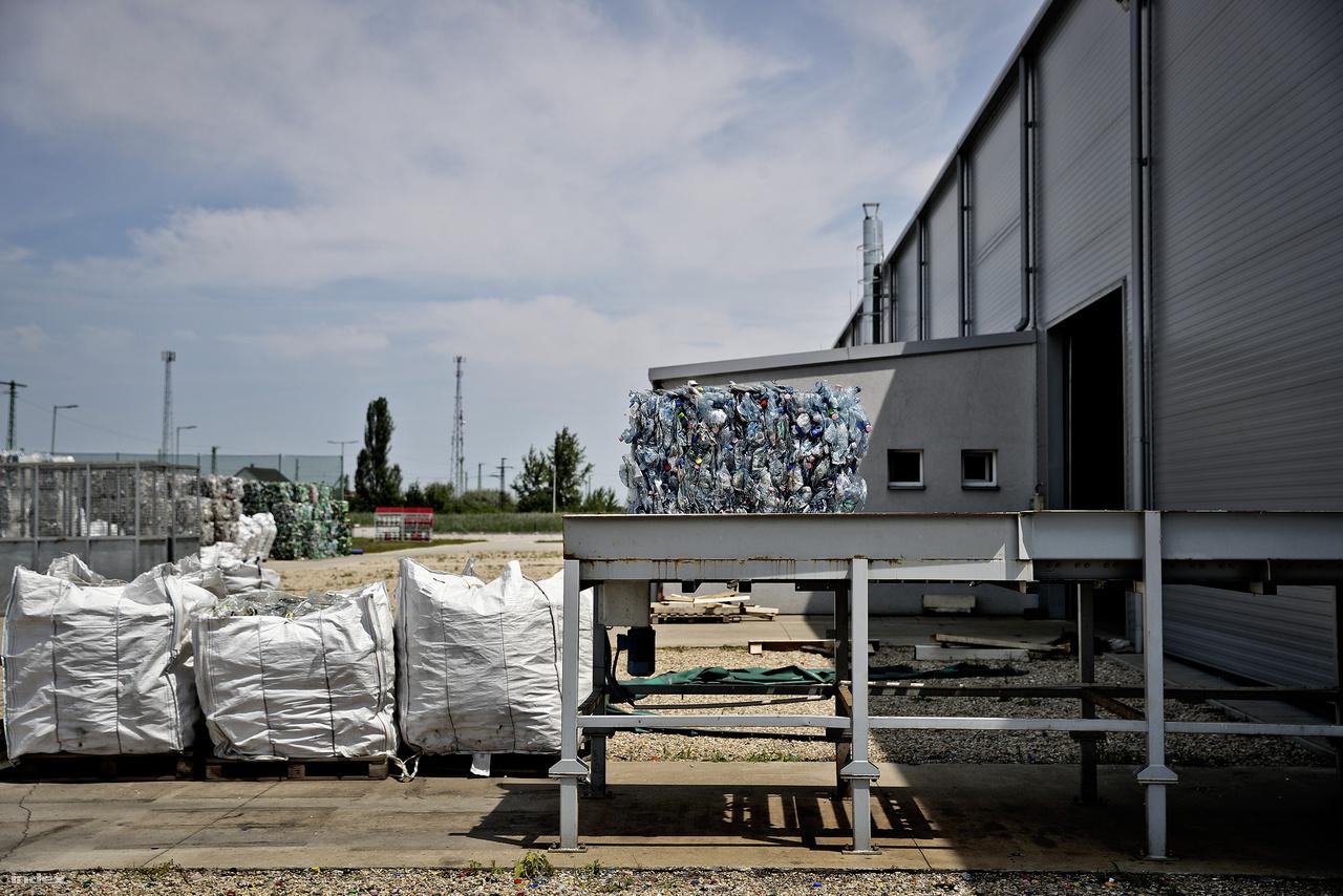 Karcagon van az egyetlen magyar PET (Polietilén-tereftalát) regranulátum gyár, legalábbis  olyan, ahol élelmiszeripari célra (pl ásványvizes palack gyártására) felhasználható regranulátumot állítanak elő. A kidobott PET-palackok jelentős részét ugyanis alacsonyabb feldolgozottságot igénylő termékek, mondjuk műanyag szőnyegek gyártására használják fel.