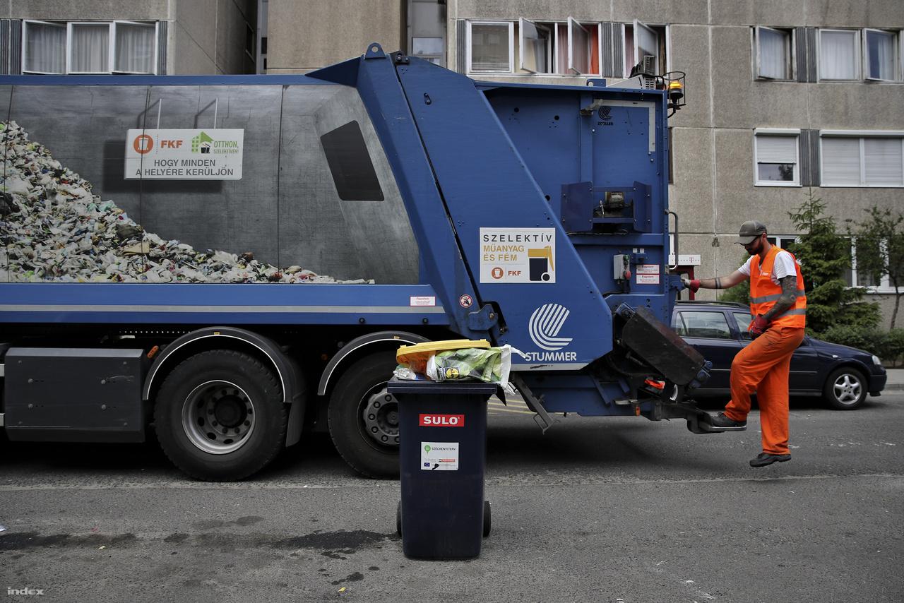 Begyűjtőkör Csepelen. A szemét újrahasznosítása elég döcögősen megy még Magyarországon. Ahhoz, hogy megértsük, hogy működik, elkísértünk egy PET-palackot az újjászületés útján.                         Körutunkat egy csepeli lakótelepen kezdtük egy szelektív hulladékot begyűjtő szemeteskocsi fedélzetén.                         Budapesten évente 25 ezer tonna papírt, 10 ezer tonna műanyagot és fémet, valamint 5000 tonna üveget gyűjtünk össze szelektíven. Ez a teljes fővárosi összegyűjtött hulladék 10%-a.                         Hamar szembetalálkoztunk az első tévhittel, miszerint a háztartási szemét is mehet a szelektív kukába, hiszen úgyis összeöntik az egészet a végén.                         A Fővárosi Közterület-fenntartó Zrt. adatai szerint a begyűjtött szelektív hulladéknak csak az 50%-a papír, műanyag és fém. A másik fele háztartási, vagy más, nem újrahasznosítható szemét, aminek nem ott lenne a helye, ahová dobták.