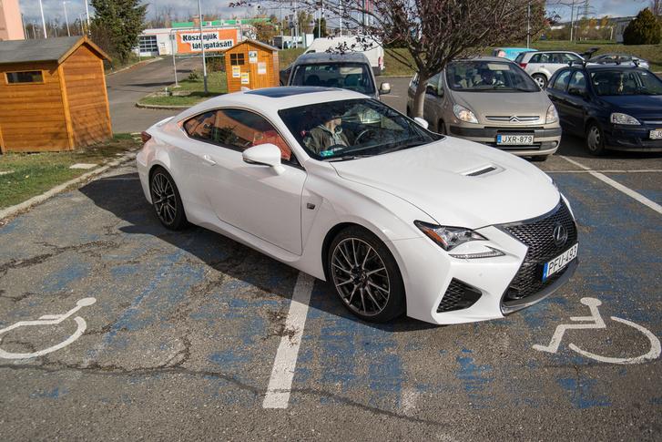 Még a rokkant parkolóhelyek elfoglalására is csak korlátozottan alkalmas, ennyiért egy Q7 vagy egy X6 sokkal hatékonyabb