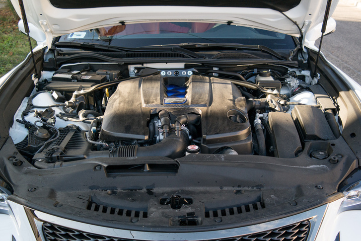 A Lexus hamar rájött, hogy kell bele közvetlen befecskendezés és szívócső-befecskendezés is, nem is kokszolódnak ezek a V8-asok