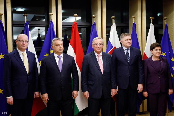 Jean-Claude Junkcer fogadja a V4 miniszterelnökeit, a cseh Bohuslav Sobotkát, Orbán Viktort, a szlovák Robert Ficót és a lengyel Beata Szydlót Brüsszelben 2017. október 18-án