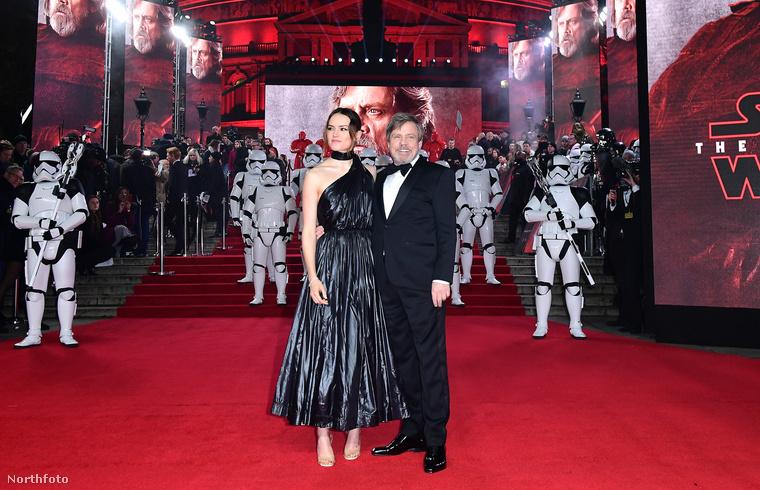 A film sztárjai is pózoltak a vörös szőnyegen.
