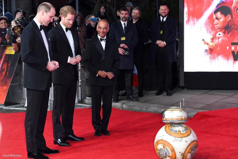 Vilmos herceg és Harry herceg megtekinti a lázadók egyik droidját, BB-8-et.