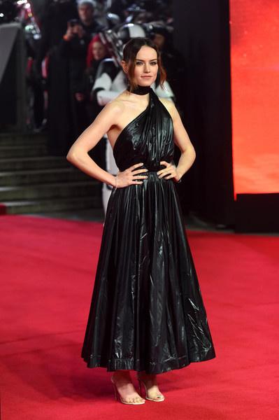 Daisy Ridley ebben a fekete vinylruhában érkezett a premierre, ami kétségkívül vagány, de inkább szemeteszsákra emlékeztet.