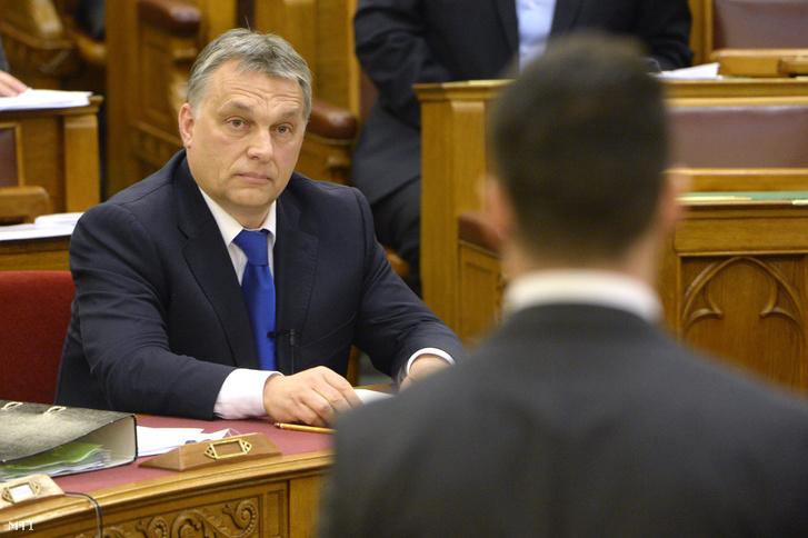 Vona Gábor a Jobbik elnöke (háttal) azonnali kérdést tesz fel Orbán Viktor miniszterelnöknek az Országgyűlés plenáris ülésén