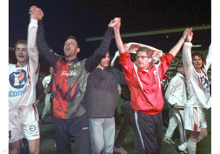 Cedric Lacluse, Frederic Rouc, Bölöni László és Laurent Morachini a Nancyban a francia másodosztályú bajnoki cím megszerzését ünneplik 1998-ban